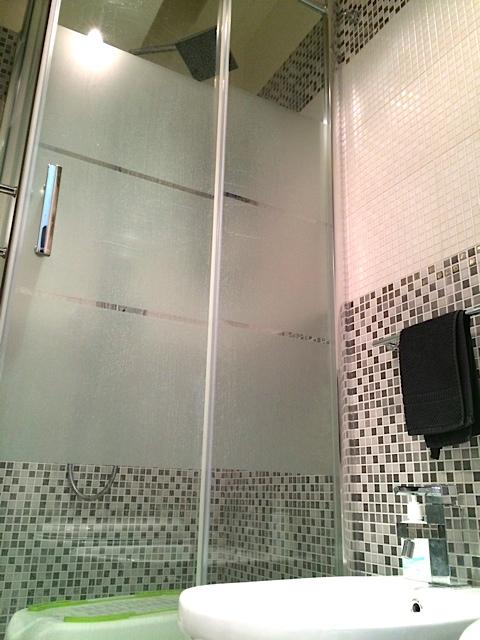 Bagno con doccia (bathroom with shower)
