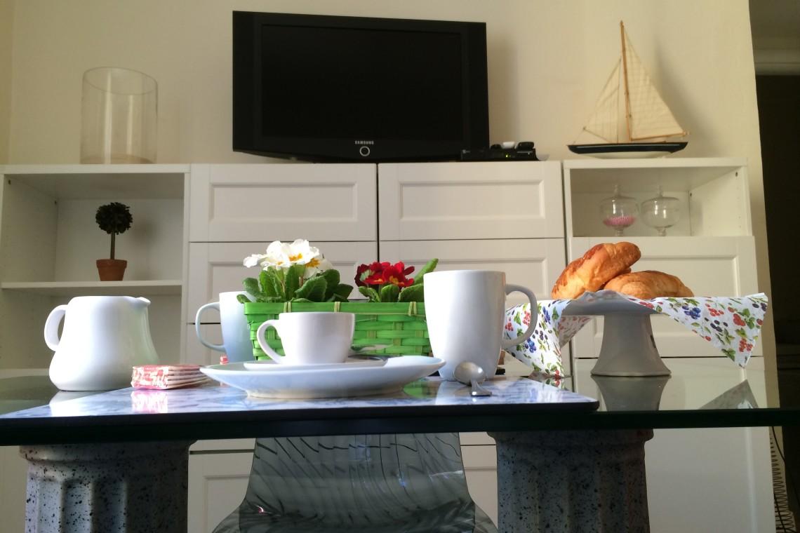 Sala da pranzo con TV (dining room with TV LCD)